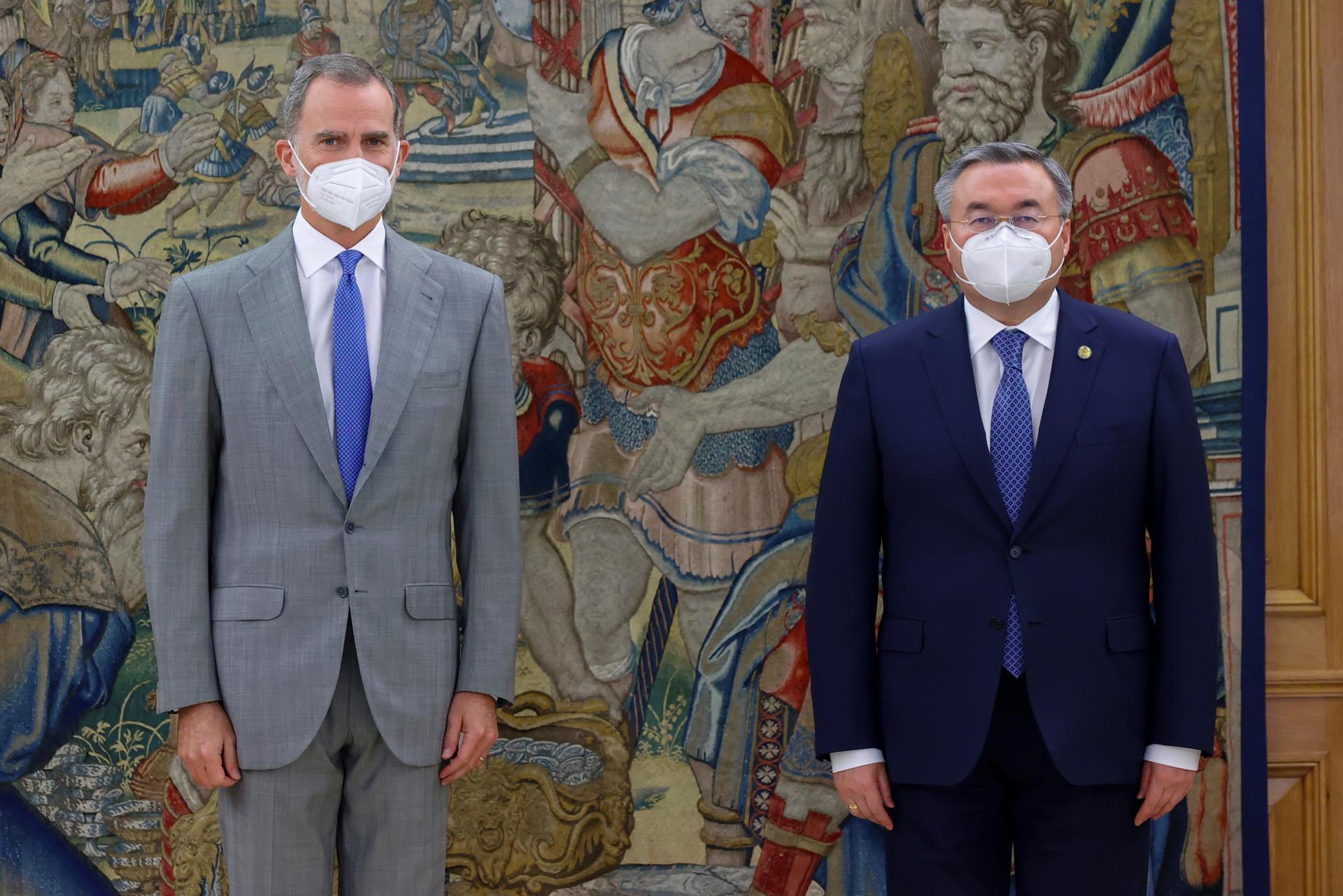 GRAF4982. MADRID (ESPAÑA), 06/07/2021.- El rey Felipe VI (i) recibe en audiencia al viceprimer ministro y titular de Asuntos Exteriores de Kazajistán, Mukhtar Tileuberdi (d), con motivo de su vista a España, este martes en el Palacio de la Zarzuela en Madrid. EFE/ Francisco Gómez/Casa de S.M El Rey SOLO USO EDITORIAL/ SOLO USO PERMITIDO PARA ILUSTRAR LA NOTICIA QUE ACOMPAÑA/ (CRÉDITO OBLIGATORIO)