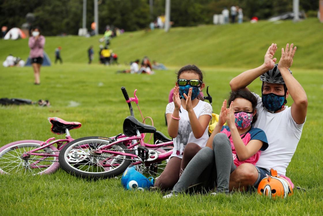 Familias disfrutan de un concierto al aire libre en un parque. EFE/Carlos Ortega/Archivo