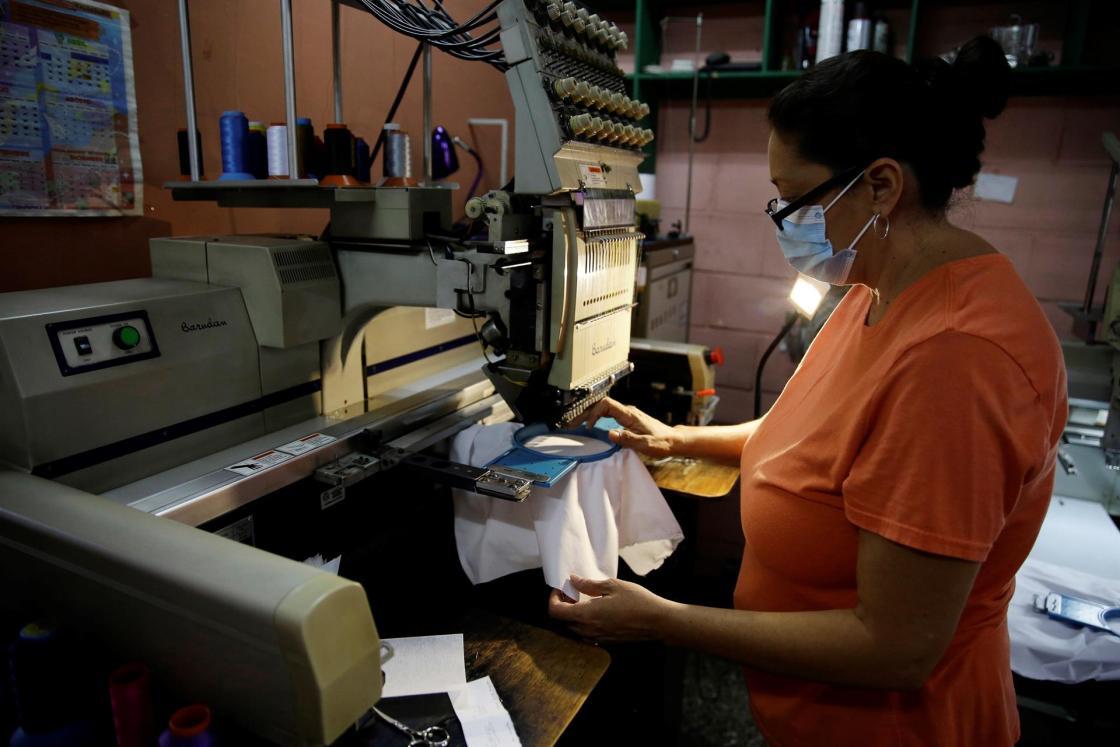 SAN SALVADOR (EL SALVADOR), 11/08/2021.- Una mujer opera una máquina para hacer bordados, el 30 de julio de 2021 en un taller en San Salvador (El Salvador). La innovación y la competitividad son los elementos claves para que las micro, pequeñas y medianas empresas (Mypimes) desarrollen una alta productividad en un mercado que evoluciona cada vez más rápido gracias a la tecnología, dijo a Efe el investigador Jonathan Ordóñez. EFE/Rodrigo Sura