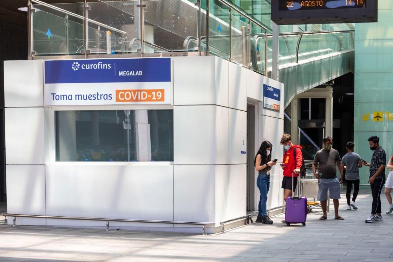 Centro de pruebas COVID-19 de Eurofins Megalab en un aeropuerto.