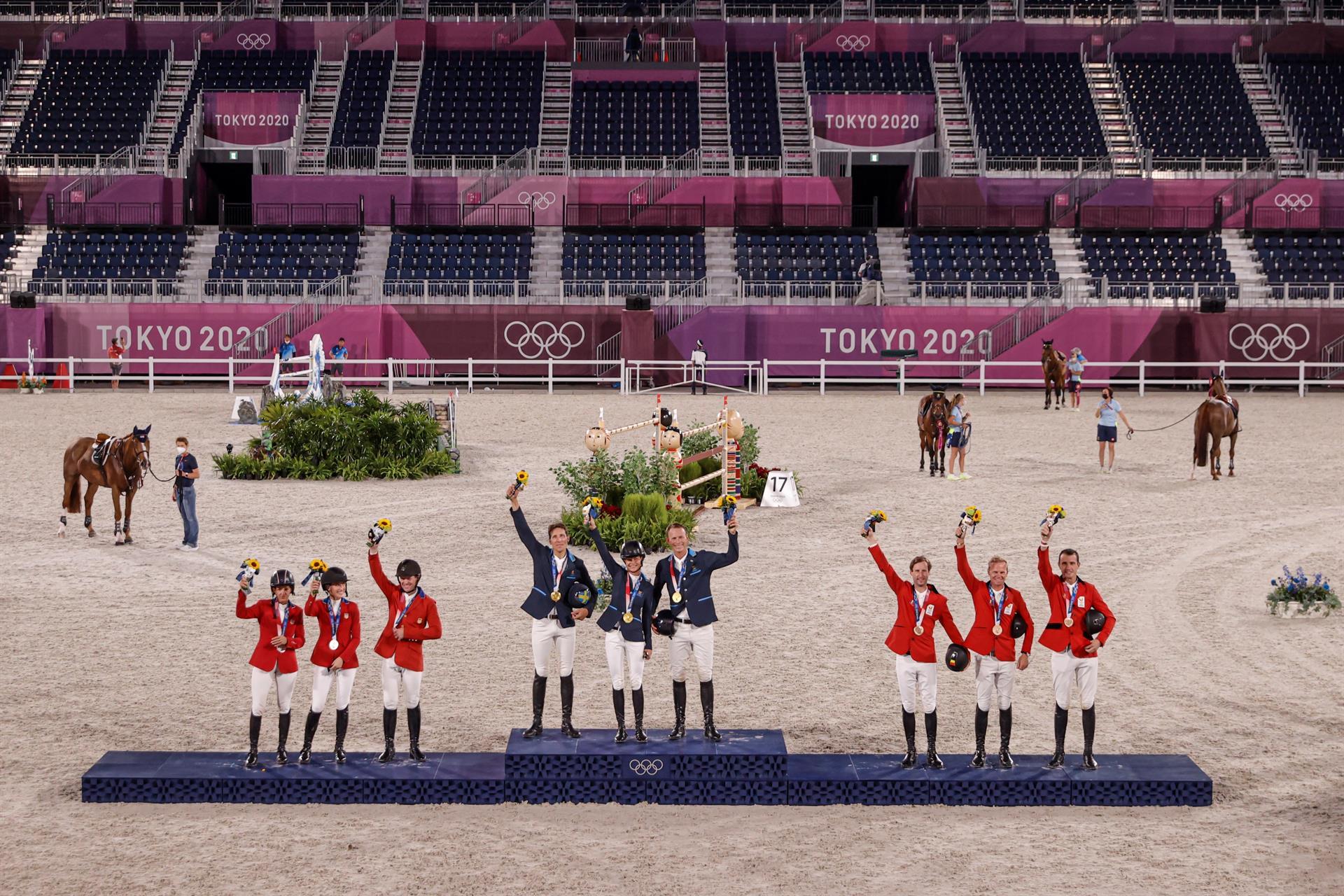 EVE3618. TOKIO (JAPÓN), 07/08/2021.- El equipo de Suecia (c-oro), de Estados Unidos (i-plata) y de Bélgica (d-bronce) celebran en el podio tras la final de salto por equipos de Equitación durante los Juegos Olímpicos 2020, este sábado en el hipódromo Equestrian Park en Tokio (Japón). EFE/ Kai Försterling
