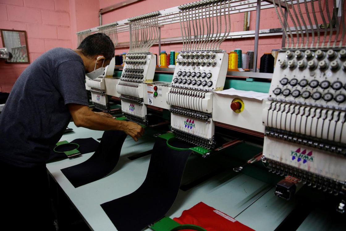 SAN SALVADOR (EL SALVADOR), 04/08/2021.- Un operario trabaja en una fábrica de bordados el 1 de agosto de 2021, en San Salvador (El Salvador). Los índices de productividad empresarial se han mantenido estables en los últimos años en la región del Sistema de Integración Centroamericana (SICA) e indican que el principal reto es crecer en innovación, de acuerdo con un informe promovido por el Centro para la Promoción de la Micro y Pequeña Empresa (Cenpromype). EFE/ Rodrigo Sura