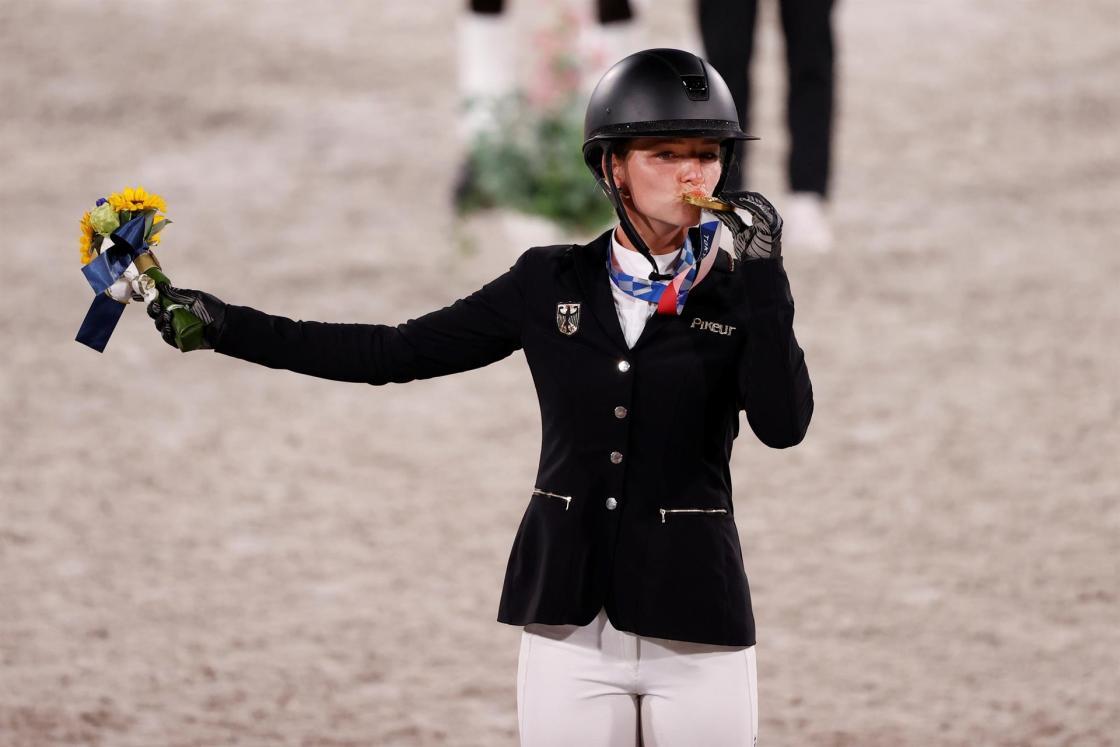 La alemana Julia Krajewski celebra la medalla de oro en salto de obstáculos del concurso completo individual de Equitación durante los Juegos Olímpicos 2020, este lunes en el hipódromo Equestrian Park en Tokio (Japón). EFE/ Kai Försterling