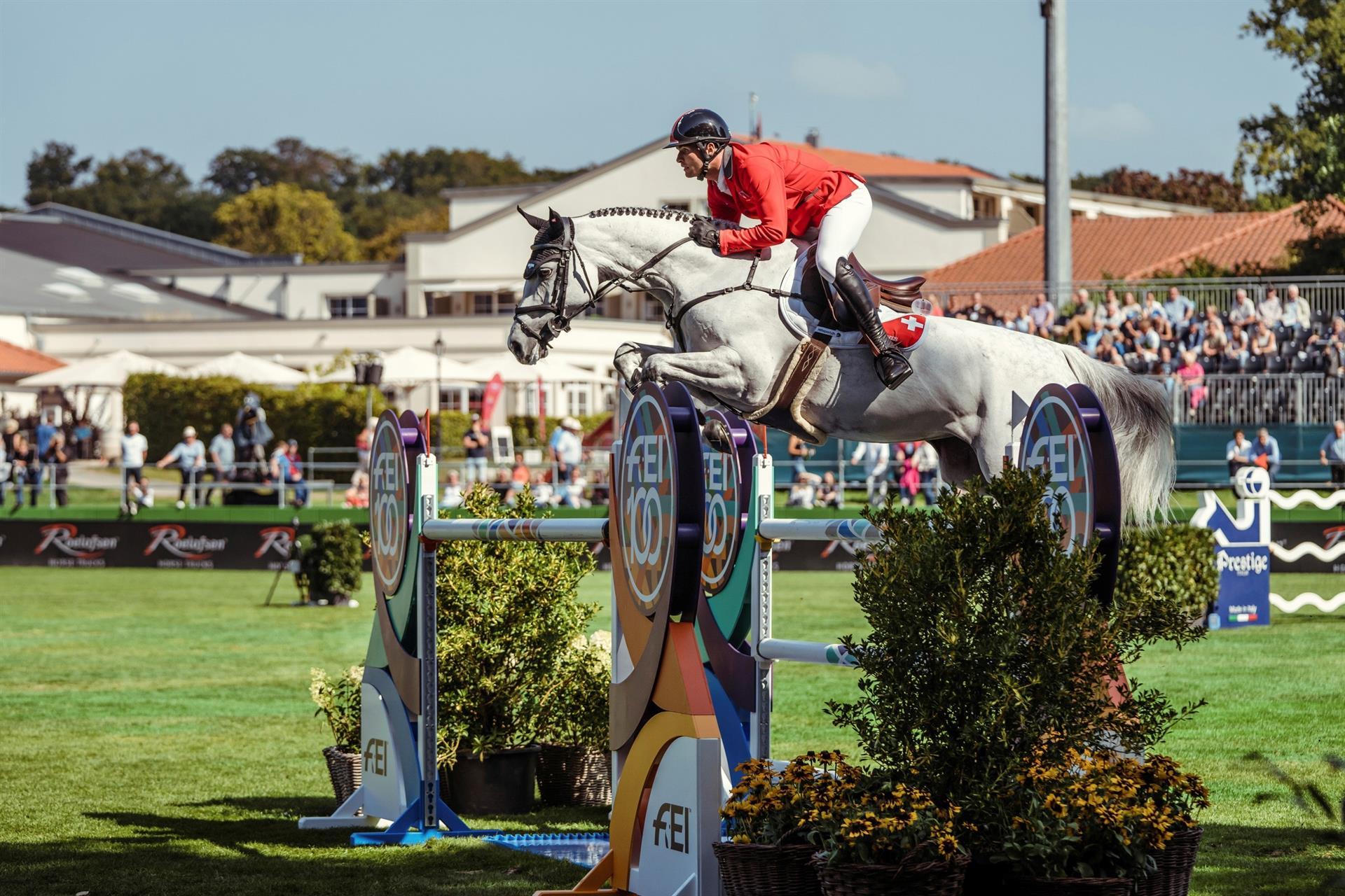 El jinete suizo Bryan Balsiger y su caballo 'AK's Courage', durante la prueba por equipos del Campeonato de Europa 2021 salto a caballo en Riesenbeck (Alemania).- EFE/Christophe Tanière /Federación Ecuestre Internacional (FEI)/SOLO USO EDITORIAL/SOLO DISPONIBLE PARA ILUSTRAR LA NOTICIA QUE ACOMPAÑA (CRÉDITO OBLIGATORIO)