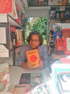 "Fernando Iwasaki firma ejemplares de ""Sevilla, sin mapa"" / Autor: Editorial Serie Gong"