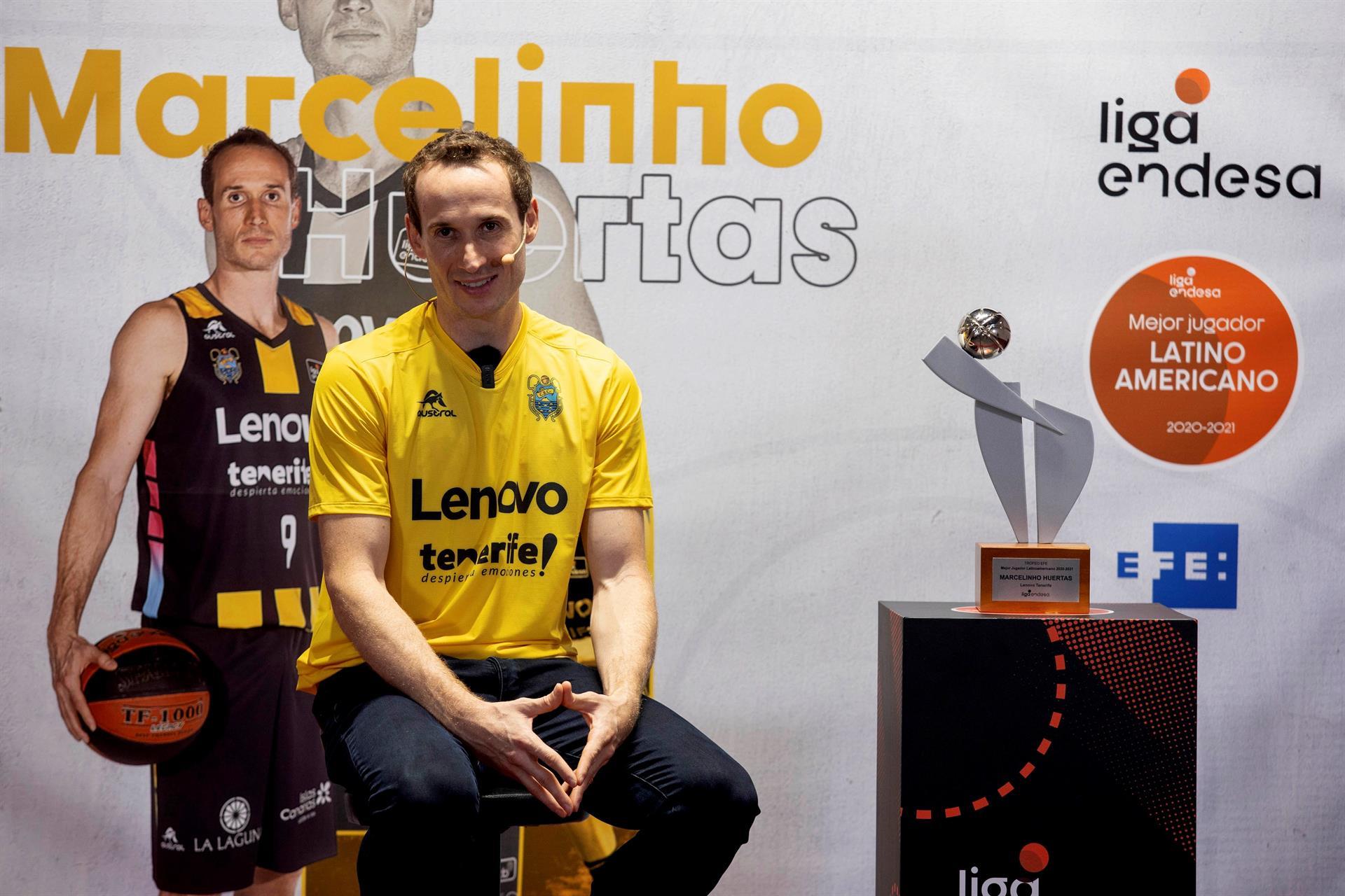 El jugador del Lenovo Tenerife Marcelinho Huertas ha recibido el Premio al mejor jugador Latinoamericano de la Liga Endesa 20/21, concedido por la Agencia EFE y la ACB, durante el acto celebrado en el Convento Santo Domingo de Guzmán en La Laguna Tenerife.- EFE/Miguel Barreto