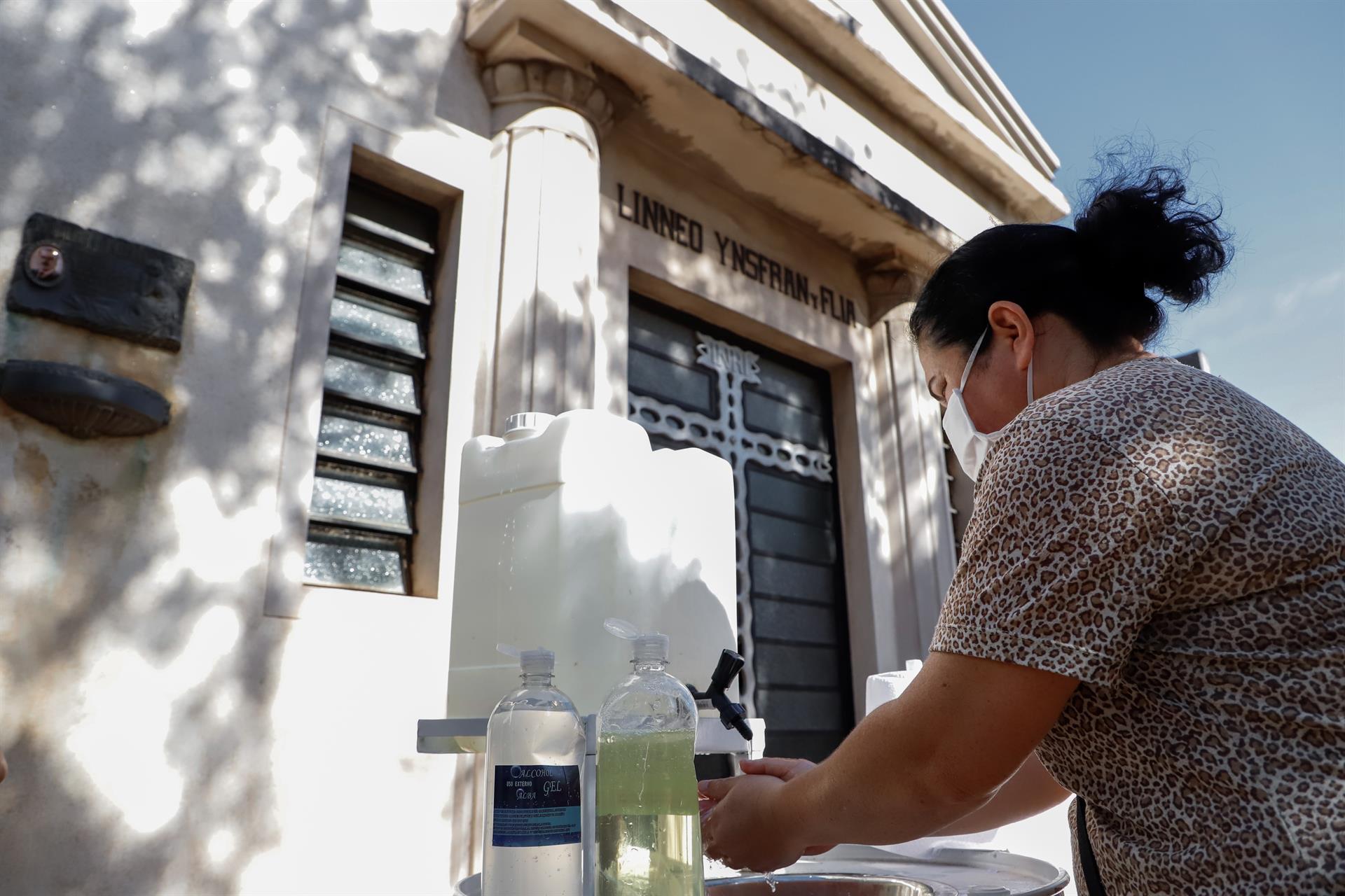 Imagen de archivo en la que se observa a una mujer lavando sus manos. EFE/Nathalia Aguilar