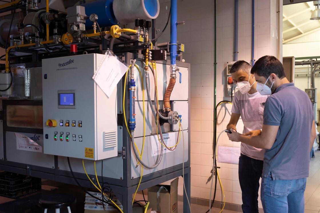 Investigadores y técnicos de Instituto de Tecnología Cerámica (ITC-AICE) ddesarrollan los Proyectos Hipocarbónic y Energétic relacionados con el aprovechamiento energético el consumo de energía y las emisiones al medio ambiente. En la imagen Salvador Ferrer y Fernando Romero en los laboratorios del ITC. EFE/Domenech Castelló