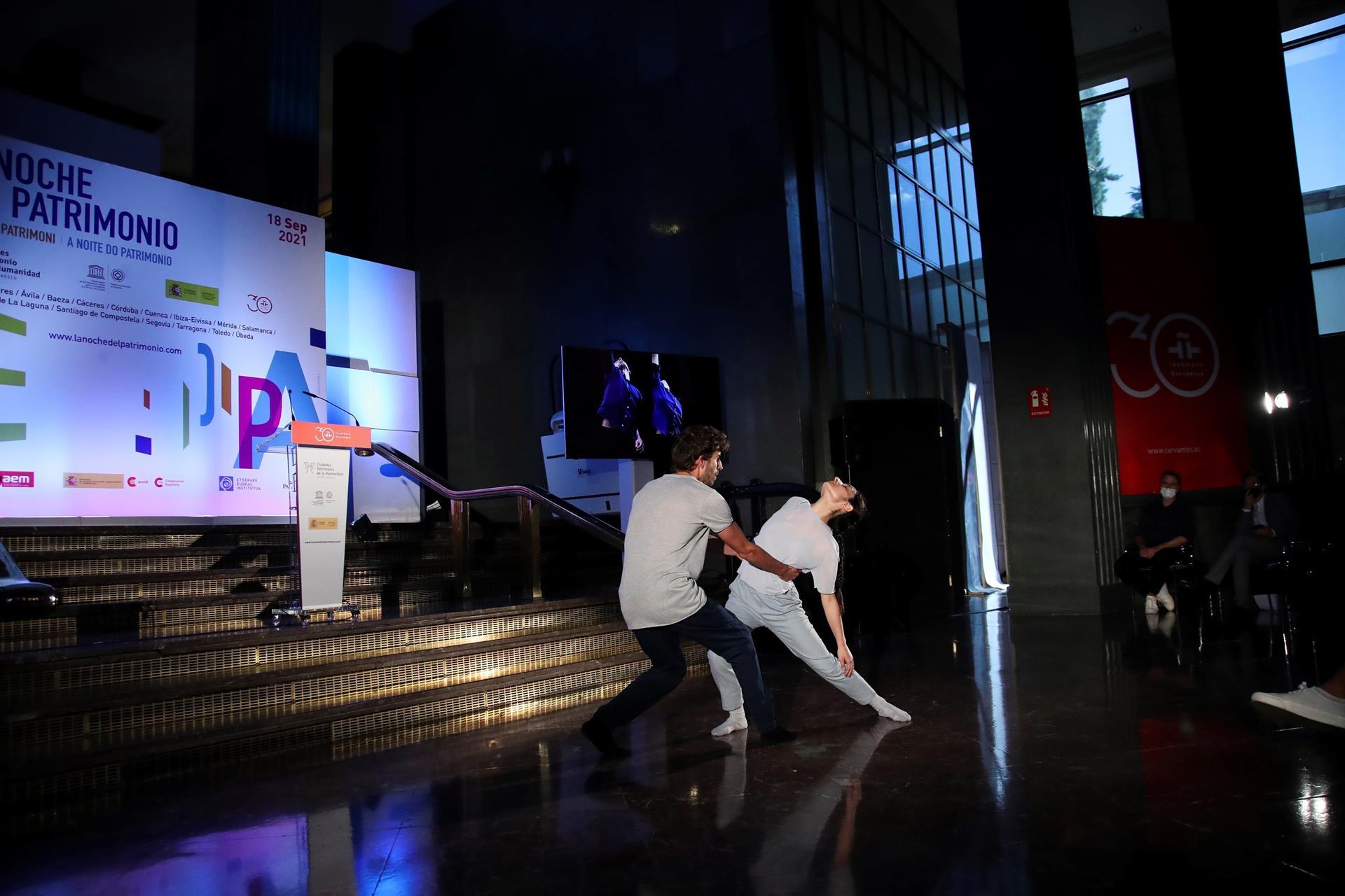 """Los bailarines Carmen Fumero y Miguel Zomar durante la presentación de """"La Noche del Patrimonio"""" 2021 en la sede del Instituto Cervantes, en Madrid. EFE/David Fernández"""
