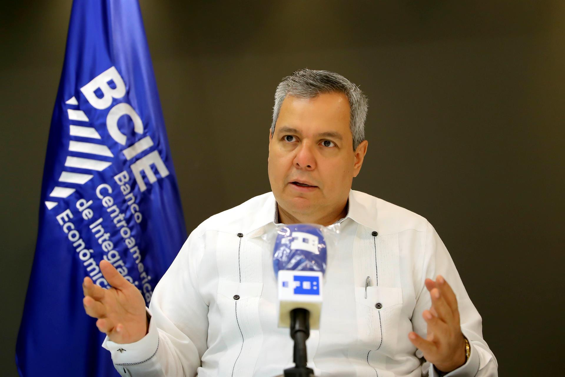 El presidente Ejecutivo del Banco Centroamericano de Integración Económica (BCIE), Dante Mossi Reyes, habla durante una entrevista con Efe sobre la 61 Asamblea de Gobernadores del Banco Centroamericano de Integración Económica (BCIE), el 01 de septiembre de 2021, en Tegucigalpa (Honduras). EFE/ Gustavo Amador