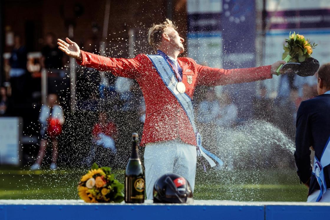 """El alemán André Thieme, a lomos de """"DSP Chakaria"""", celebra este domingo la victoria en los Campeonatos de Europa de saltos de obstáculos de equitación, disputados en Riesenbeck (Alemania), tras imponerse en la ronda de desempate al jinete que defendía el título logrado hace dos años en Rotterdam (Países Bajos), el suizo Martin Fuchs. EFE/Christophe Taniere /Federación Ecuestre Internacional (FEI)"""